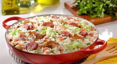 9 receitas de arroz à grega que garantem um acompanhamento cheio de sabor