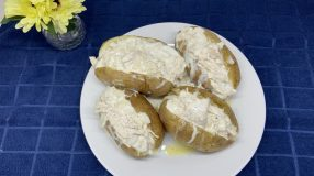 Batata recheada com frango no micro-ondas