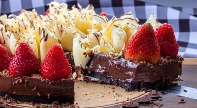 12 receitas de bolo bombom de morango que são uma explosão de doçura