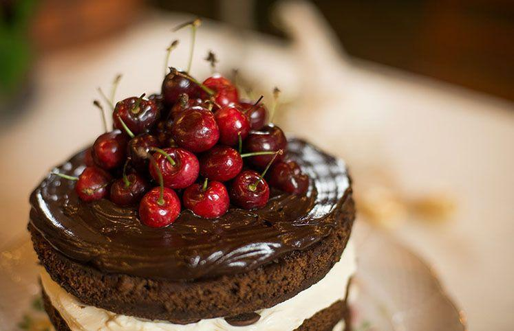 Bolo de chocolate com frutas