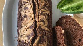 Bolo de banana com chocolate e amendoim