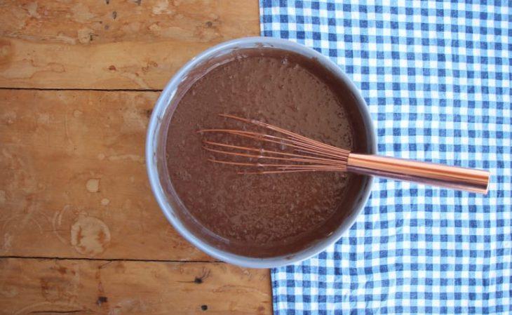 Bolo de chocolate com beijinho - Passo a passo