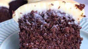 Bolo de chocolate invertido com doce de leite