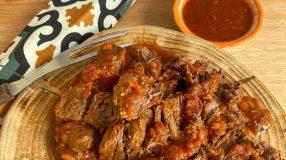 Carne desfiada com molho barbecue