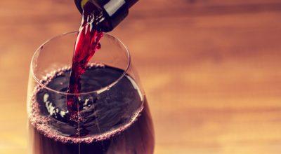 5 técnicas fáceis para abrir vinho sem saca-rolhas