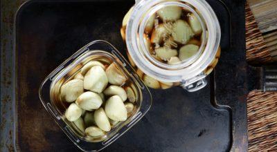 Como fazer alho em conserva: tenha o tempero pronto para suas receitas