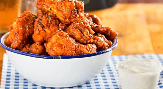 Como fazer frango a passarinho para ter uma carne suculenta e crocante