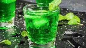 Como fazer licor de menta para saborear um drink super-refrescante