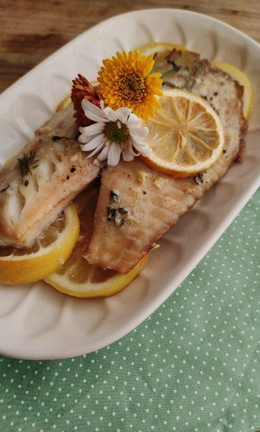 Filé de peixe assado com limão siciliano