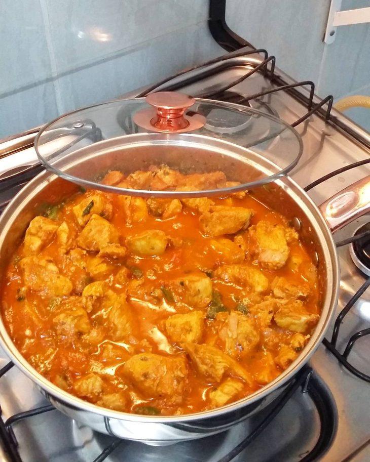 Frango ao curry com leite de coco