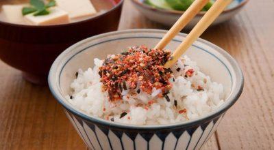 8 receitas com furikake para uma explosão de sabores no seu prato