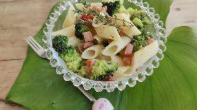 Macarrão com brócolis e bacon fácil