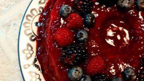 Mousse de leite em pó com calda de frutas vermelha