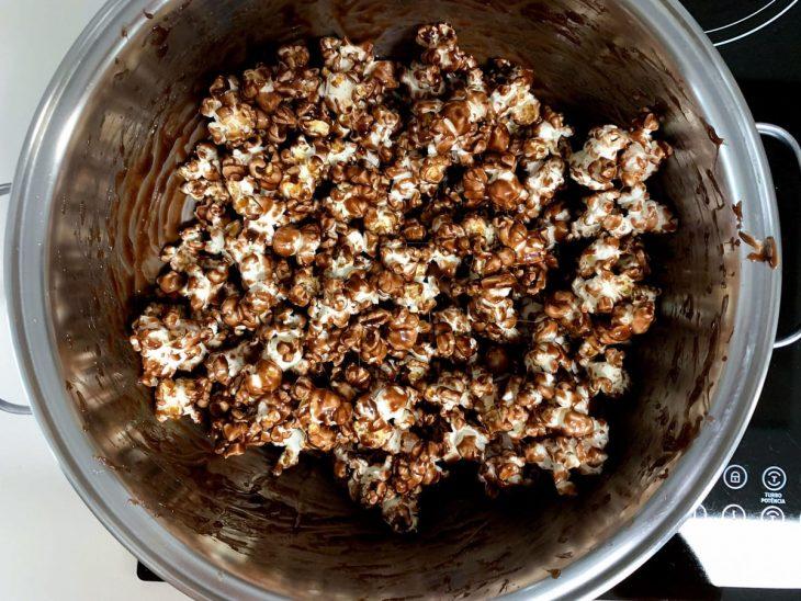 Pipoca com chocolate fácil e crocante - Passo a passo