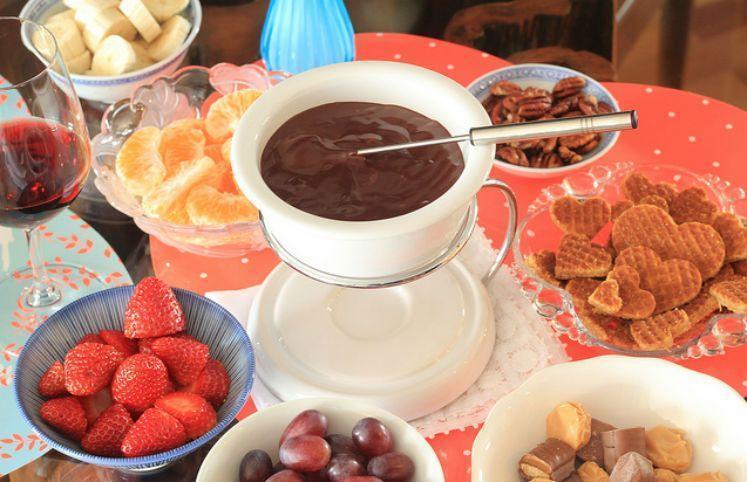 11 receitas de fondue de chocolate ao estilo su o para fazer em casa - Fondue de chocolate ...