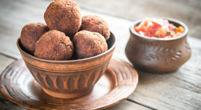 10 receitas de bolinho de feijoada que são a cara do Brasil