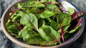 8 receitas com folha de beterraba para aproveitar ao máximo esse legume