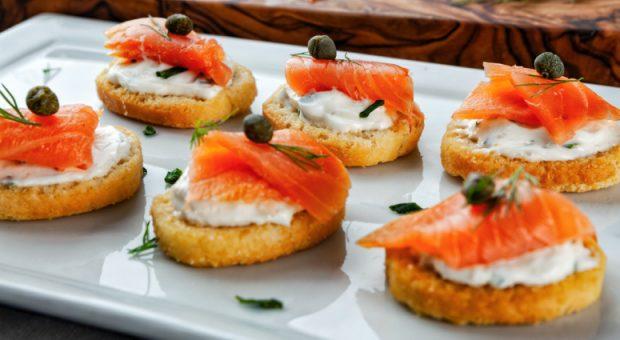 12 receitas com salmão defumado para aproveitar o melhor dessa iguaria