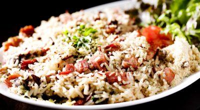 12 receitas de arroz com calabresa para dar mais variedade às refeições