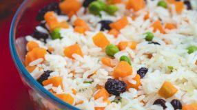 10 receitas de arroz com passas que têm o gostinho do Natal