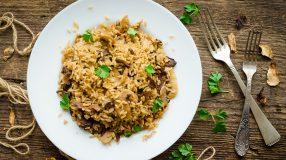12 receitas de arroz de forno com frango para reaproveitar as sobras
