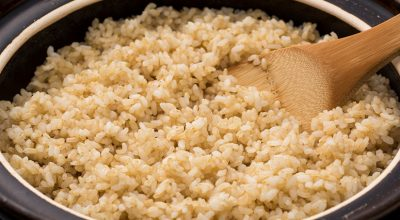 7 receitas de arroz integral na panela de pressão para facilitar suas refeições