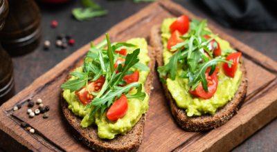12 receitas de avocado toast que garantem um brunch de sucesso