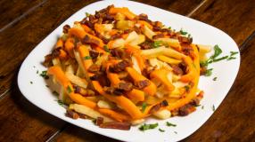 8 receitas de batata frita com queijo que vão te levar aos céus