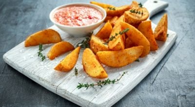 9 receitas de batata frita no forno saudáveis, crocantes e deliciosas