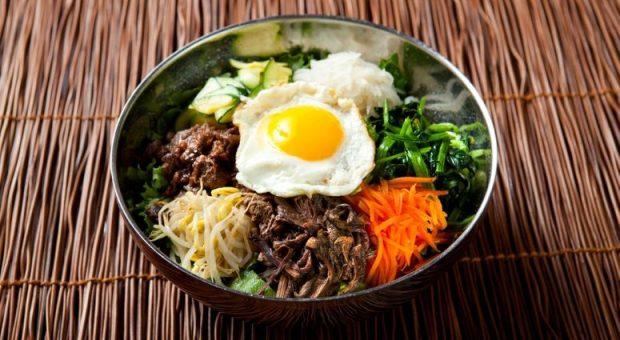 7 receitas de bibimbap para experimentar a culinária coreana