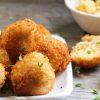 14 receitas de bolinha de queijo para uma festa criativa e deliciosa