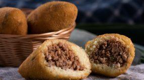 10 receitas de bolinho de mandioca frito para um salgado delicioso