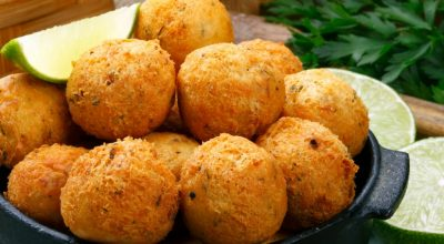20 receitas de bolinho frito para um petisco saboroso e prático