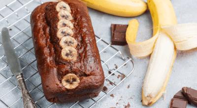 18 receitas de bolo de banana com chocolate para complementar seu café