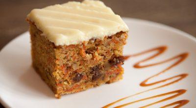 7 receitas de bolo de cenoura cremoso para um lanche delicioso