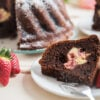 21 receitas de bolo de chocolate com morango que fazem os olhos brilhar