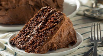 12 receitas de bolo de chocolate sem ovo que todo mundo vai adorar