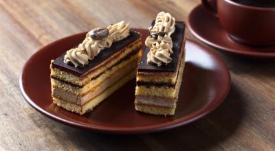 9 receitas de bolo ópera que unem café e chocolate em uma garfada