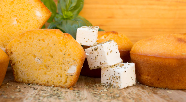 7 receitas de broa de fubá com queijo para deixar a hora do café perfeita