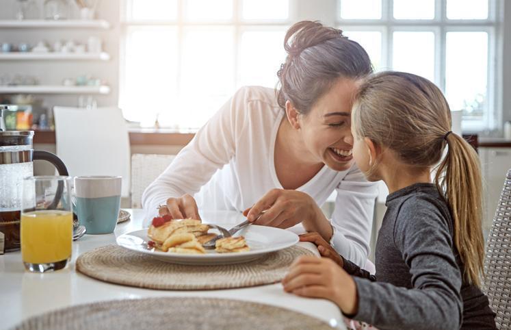 Resultado de imagem para pessoa tomando café da manhã