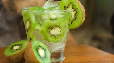 9 receitas de caipirinha de kiwi para quem ama um sabor diferente