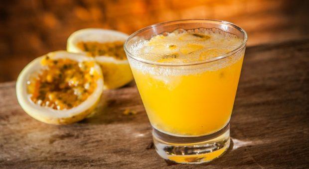 11 receitas de caipirinha de maracujá para drinks bem refrescantes