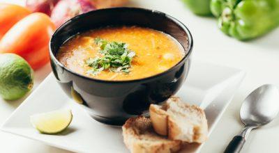 13 receitas de caldo de mandioca com calabresa perfeitas para o frio