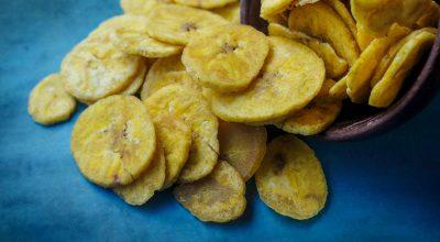 9 receitas de chips de banana para um snack saudável