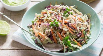 10 receitas de coleslaw para preparar uma salada refrescante e colorida