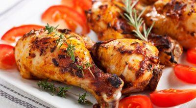 24 receitas de coxa de frango assada para fugir do comum
