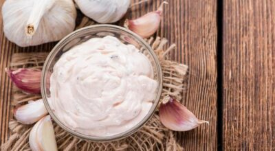 7 receitas de creme de alho que podem deixar seus aperitivos mais saborosos
