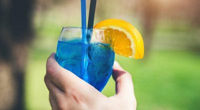 21 receitas de drinks com Curaçau Blue para provar que azul é a cor mais quente