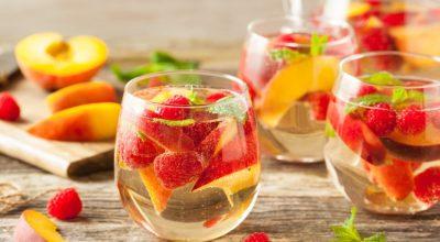 11 receitas de drinks com vinho branco refrescantes para dias tropicais