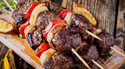 16 receitas de espetinho de carne para petiscar com a família